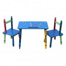 Koka galds un krēsli bērnu istabai.